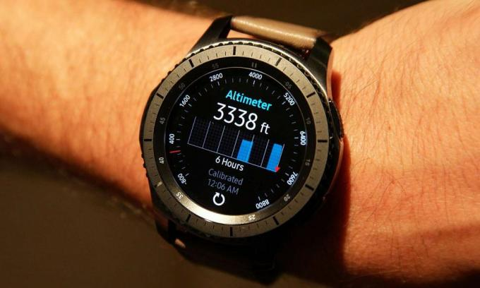El Gear S3 de 46 mm es más grande que el S2 de 42 mm. Crédito: Sam Rutherford / Tom's Guide
