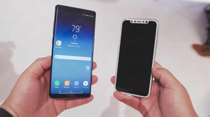 Galaxy Note 8 (solda) vs. bir iPhone 8 prototipi (sağda). Kredi: MacRumors / YouTube
